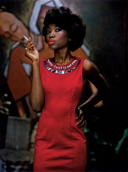 """Almaz má radost zrozvoje kulturní scény vLagosu. Tady pózuje pro Nadaci afrických umělců. """"Lagos je velmi čilá avitální společnost,"""" říká. """"Jestliže si velmi, velmi přejete dosáhnout toho, aby se něco přihodilo, přijeďte doLagosu."""