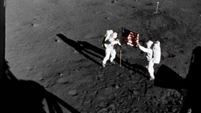 Americké vlajky umístěné na Měsíci stále stojí, až na tu první
