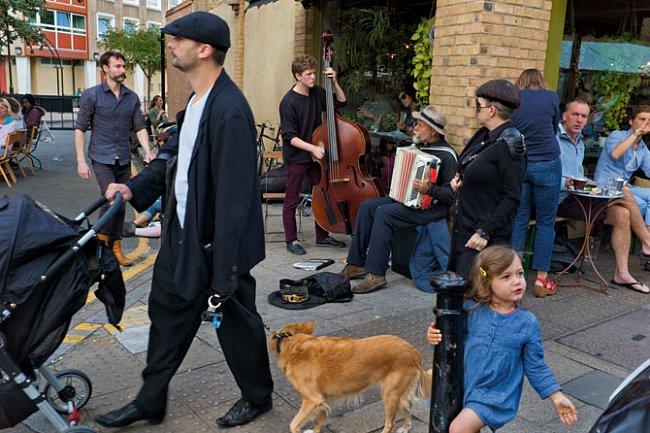Lidé, kteří přišli do východního Londýna jako poslední - mladí a bohatí - posedávají o sobotách v módních kavárnách a obcházejí stánky na Broadway Market. Někdejší rozmanitost místního ovoce a zelenin