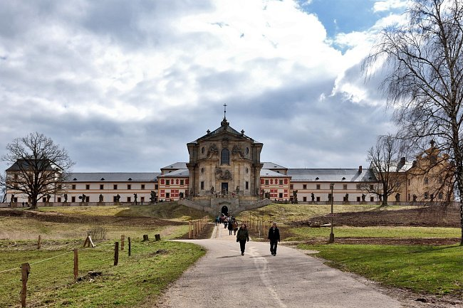Cílem rekonstrukce bylo obnovit do roku 2014 nevyužívané a do značné míry zchátralé části barokního Hospitalu Kuks a vdechnout jim nový život. Slavnostní otevření Kuksu proběhlo v březnu 2015.