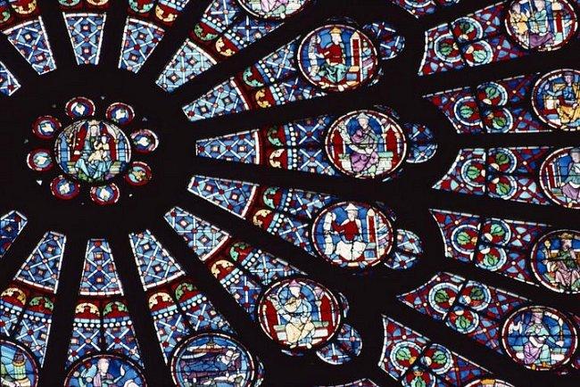 Rozeta, toto růžicové okno z barevných skel, vytvořené ve 13. století, zobrazuje scény ze Starého zákona.