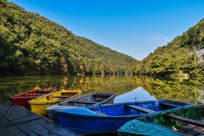 Vláček vás doveze do lázní Lillafüred, kde vás čeká jezero sloďkami, vodopády nebo krápníkové jeskyně.