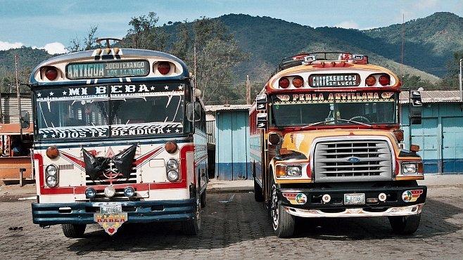 Cestování autobusem v Guatemale je zážitek k nezaplacení. Chaos je jen zdánlivý a funguje