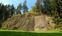 Utuhlá láva vytvořila čedičovou plošinu vzdálenou asi  1 200 m na jihovýchod od samotného vrcholu, ve které je situován lom.