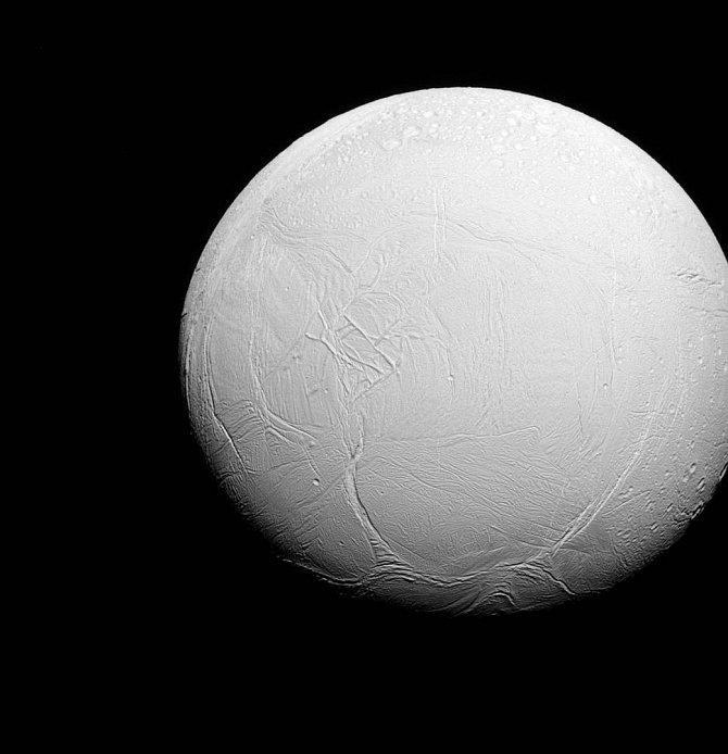 Příběh dvou polokoulí ledového Enceladu