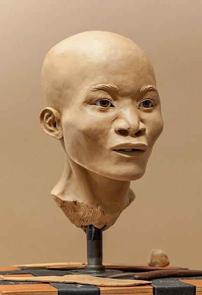 Potápěči, kteří objevili její kosti, ženu pojmenovali Naia. Rekonstrukce obličeje odhaluje, že prapůvodní Američané příliš nevypadají jako Indiáni či Inuité, i když genetické důkazy potvrzují jejich společné předky.
