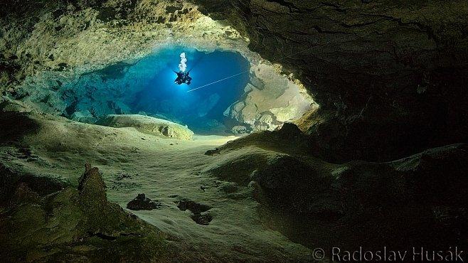 Čtvrtou nejdelší zaplavenou jeskyni na světě objevili Češi. Měří 56 591 metrů