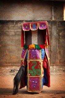 Duchové \'Egungun\' během oslav v lednu 2012 ve městě Ouidah v Beninu.  Tito maskovaní tanečníci představují duchy předků kmene Joruba, kteří se vracejí na zem jako rádci a průvodci.