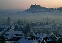 Ve slovenské vesnici Spišské Podhradie se vysoko nad kouřem z kamen na uhlí rýsuje Spišský hrad.