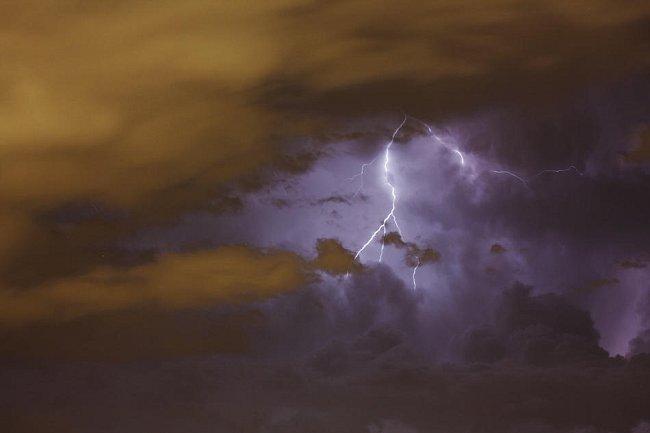 Letní bouřka nad Prahou.