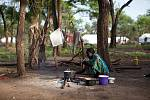 Žena připravuje jednoduché jídlo pro svou rodinu v táboře Batil.