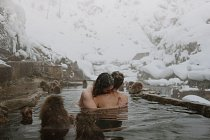 Ve společnosti makaků v opičích lázních ve sněžném parku Jigokudani Yaenkoen nedaleko japonského Nagana.