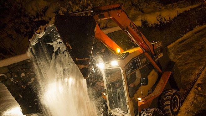 Fotoreportáž: Noc se zimní službou. Sníh, stížnosti a praví muži