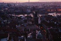 Karlův most, uctívaný symbol Prahy lemovaný sochami svatých, se klene přes řeku Vltavu do Starého města (v pozadí). Sídlo první univerzity ve střední Evropě a město stovky věží znovu navazuje na své d