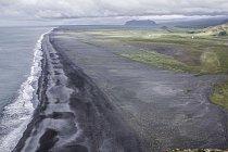 Dyrhólaey – je malý poloostrov na jihu Islandu, který tvoří přírodní rezervaci. Řadu rozeklaných útesů tu střídají pláže sčerným lávovým pískem, nad nimiž poletují hejna mořského ptactva.