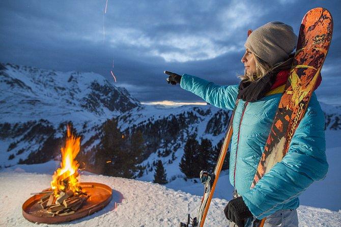 Lyžování pod hvězdami v bílém sněhu třpytícím se pod světly ramp může získat zcela nový rozměr s nádechem romantiky.