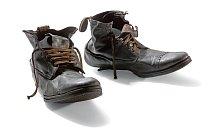 Tyto boty jsou uloženy v koženém zavazadle pětatřicetiletého nástrojáře Williama Henryho Allena. Stejně jako mnoho cestujících ve třetí třídě, ani on katastrofu nepřežil.