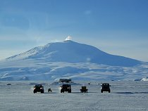 Mount Erebus se zvedá nad přistávací dráhou u největší stanice na antarktickém kontinentu – americké  McMurdo