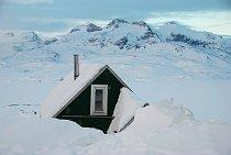 Městečko Tasiilaq (dříve Ammassalik) v jihovýchodní části ostrova je sedmým největším v Grónsku (má necelých 2 000 obyvatel).