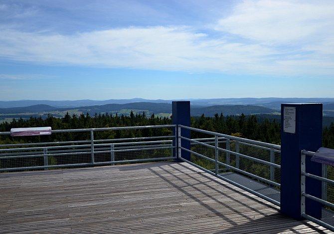 Rozhledna Havran (894m. n. m.) nabízí výhled do kraje plného hlubokých lesů.