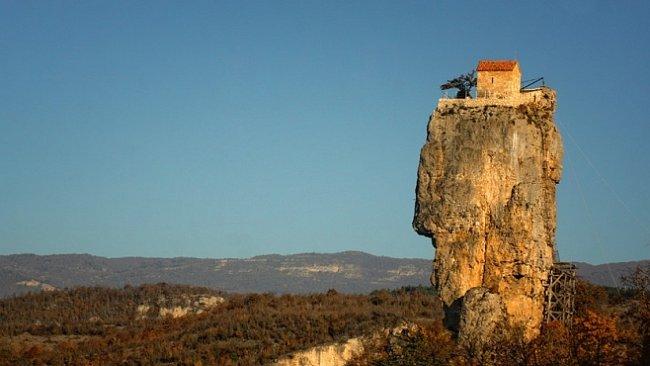 Nejpodivnější kostely světa: živý, z lebek i na tanku