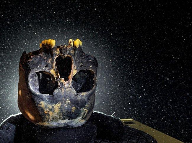 Lebka mladé ženy je převrácená, aby zuby držely na místě. Byla nalezená vzatopené jeskyni vMexiku a dala tvář prvním obyvatelům Nového světa.
