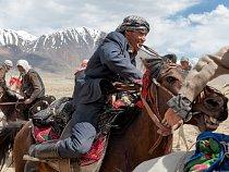 Kyrgyz s bičem v ústech vede koně ve hře nazývané buzkaši; hra je podobná pólu, jen se místo míče používá bezhlavá koza. Buzkaši je afghánský národní sport.