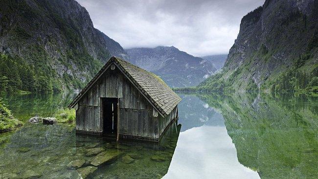 Opuštěná lovecká chata u jezera, Německo