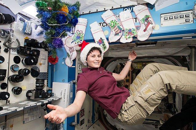 Členka expedice Samantha Cristoforetti z ESA si loni užila se svými kolegy z expedice 42 Vánoce mimo Zemi, ale na dohled ji měli stále – obíhali ji rychlostí 27 000 km/hod.