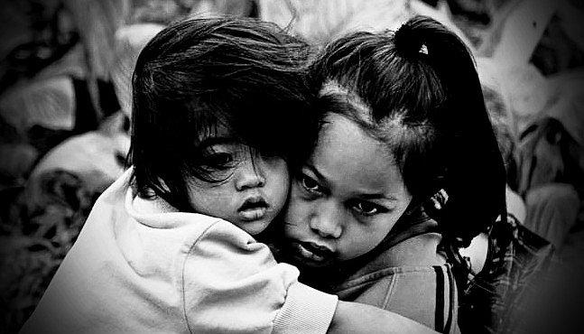 Setkání v Hongkongu: Děti chodníku uprostřed betonové džungle velkoměsta