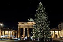 Stromeček před Braniborskou bránou v Berlíně.
