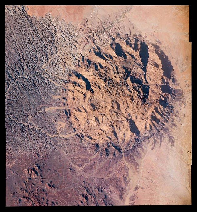 Hora Brandberg v Namibii, která získala své jméno – Ohnivá hora – podle světelného efektu při západu slunce. Fotografie byla sestavena v Johnsonově vesmírném středisku v Houstonu z několika snímků, které pořídili členové Expedice 47 z ISS.