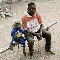Dayaba Usman s opicí Clear, Nigérie 2005.