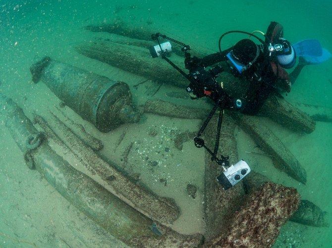 Vrak se skrýval 12 metrů pod hladinou.