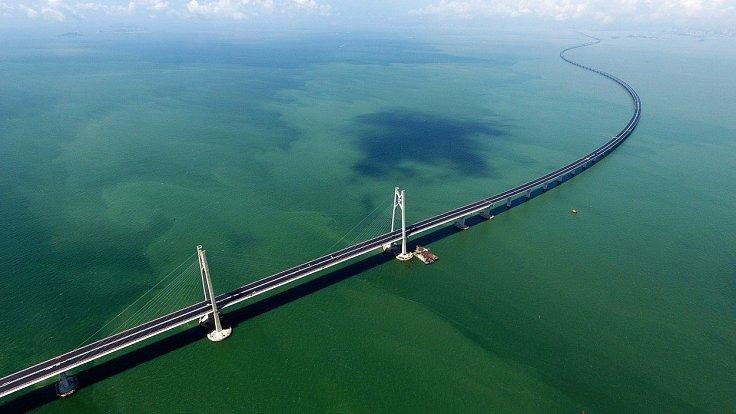 6 let příprav, 9 let stavby a 20 miliard dolarů – Čína se pyšní nejdelším mostem přes moře, který propojí Macao s Hongkongem. Řidiči budou celých 55 km pod dohledem. Kamery detekují každé zívnutí a do řídícího centra přijdou data o jejich tepu a tlaku.