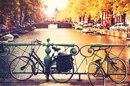 Ne náhodou je jedním ze symbolů Nizozemska kolo. Jezdí na něm prakticky každý. V centru ulic jsou speciální stezky pro cyklisty, většinou stejně široké jako chodníky pro chodce.