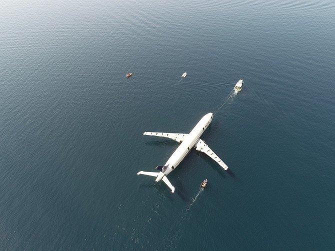 Potopené letadlo je zhruba kilometr a půl od pobřeží.