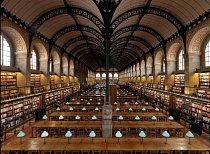 Bibliothèque Sainte-Geneviève, Paříž, Francie: Knihovna, kterou projektoval architekt Henri Labrouste, je považována za mezník na cestě k moderním knihovnám. Dnes je veřejnou a univerzitní institucí a je otevřená od pondělí do soboty od 10 do 22 hodin.