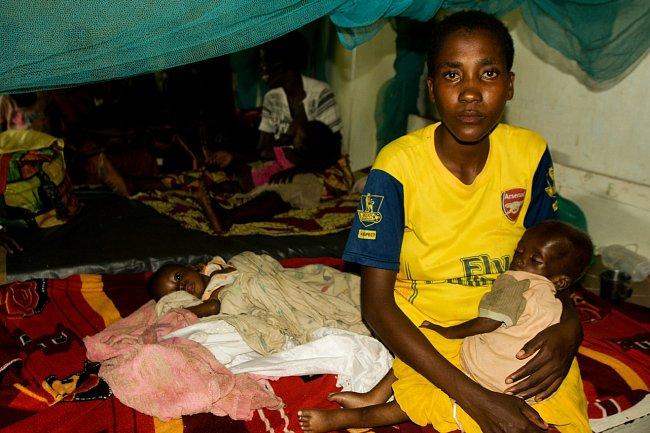 """""""Ve vybraných vesnicích učíme o lidských právech prostřednictvím pouličního divadla. A jinde pak postupně zavádíme tzv. mobilní soudy, které fungují vjinak velmi izolovaných oblastech,"""" říká Hana Vitnerová, koordinátorka programů ČvT vDR Kongo."""