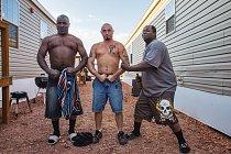 Když svléknou ropou zašpiněné kombinézy, předvádějí své trénované svaly: dělníci obsluhující vrtná zařízení (zleva) Jerry Roberts, T. J. Hibley a Wallace Barnett, rodáci z Mississippi, v současné době