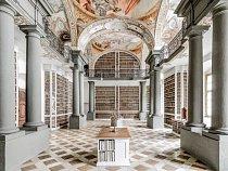 Schloß St. Emmeram, Řezno, Německo: Knihovna svatého Jimrama vznikla krátce před rokem 1000. V raném středověku se její scriptorium stalo věhlasným střediskem produkce knih a iluminací a začalo do nedalekých knihoven zapůjčovat knihy k opisování.