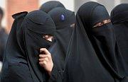 Dějiny zahalování. Proč nádherné muslimky skrývají tváře?