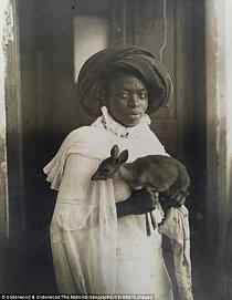 Snímek zachycuje mladou keňskou ženu se svým zvířecím miláčkem.