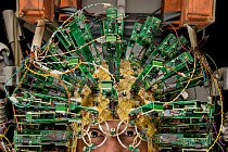 Technik zestřediska pro biomedicínské zobrazování (Martinos Center for Biomedical Imaging) má na hlavě přilbu plnou čidel. Přilba je součástí skeneru, který potřebuje téměř tolik energie jako jaderná