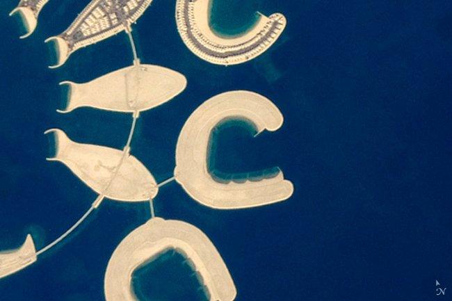 Písmeno C - Uměle vytvořený ostrov na jižním konci království Bahrajn.
