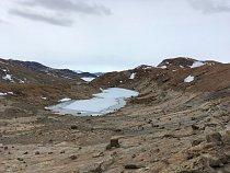 Ve všech odledněných územích se nachází desítky a možná stovky jezer různých velikostí a hloubek.