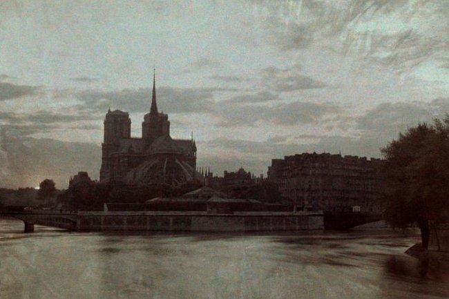Soumrak se snáší nad Notre Dame na tomto snímku z roku 1923.