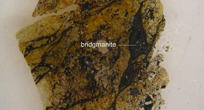 Bridgmanit odhalený v australském meteoritu