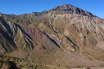 Právě z místa, kde se stopy dinosaura nachází, se nám poprvé ukázal v plné kráse náš cíl, 3350 metrů vysoký vulkán Cerro Alto del Padre.