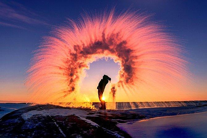 """Co je k vytvoření nádherné duhy potřeba? Stačí vám jen zapadající slunce a vařící voda, kterou """"hodíte"""" do vzduchu, kde zareaguje s teplotou -35 stupňů Celsia, která vás teď nemine v kanadském městě Yellowknife."""